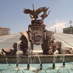 Площадь Независимости в Минске.  Герб Гродно у фонтана.