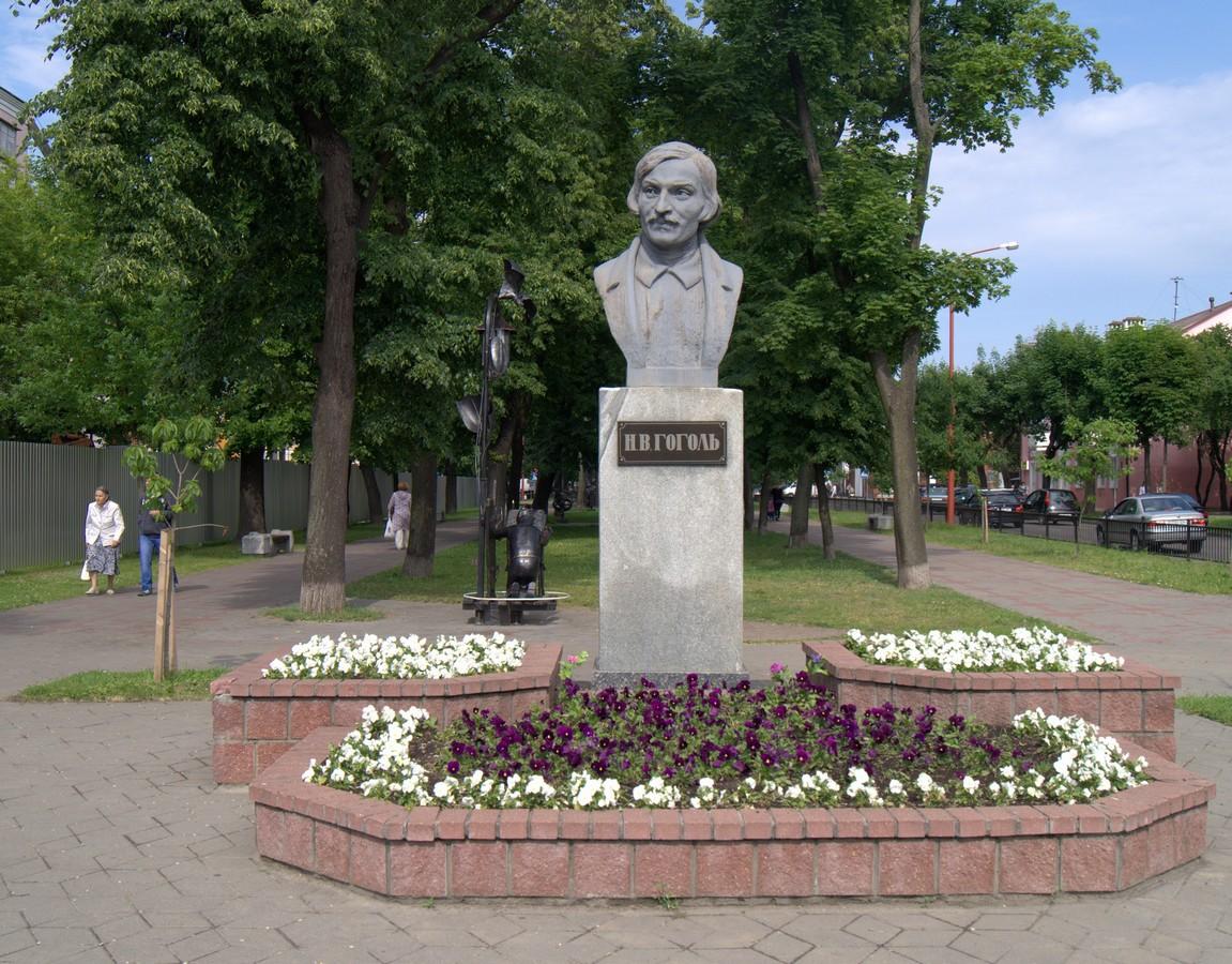 Брест. Бюст Гоголя в начале сквера.