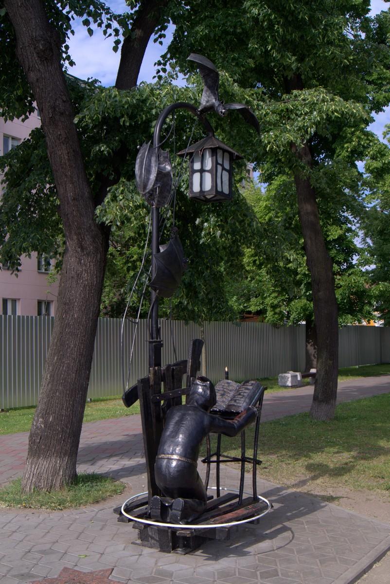 """Брест в сквере на улице Гоголя. """"Вий"""". Хома в круге читает молитвы."""