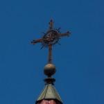 Крест на колокольне святого Симеона и святой Елены в Минске.