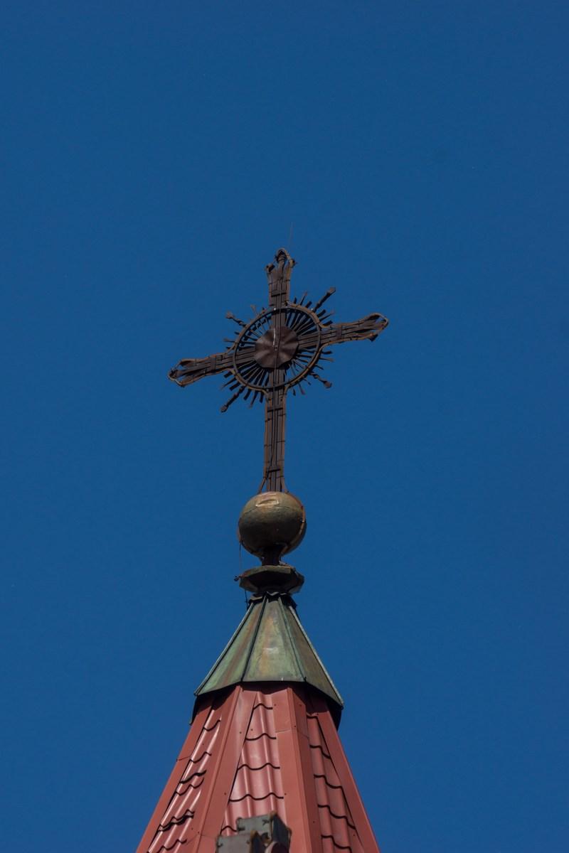 Минск. Площадь Независимости. Костел Святого Симеона и Святой Елены. Крест на колокольне.