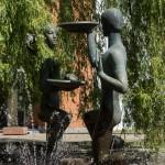 Минск. Скульптурная композиция у фонтана рядом с Красным костелом.