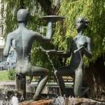 Минск. Скульптурная композиция у фонтана рядом с Красным костелом. Влюбленная пара.