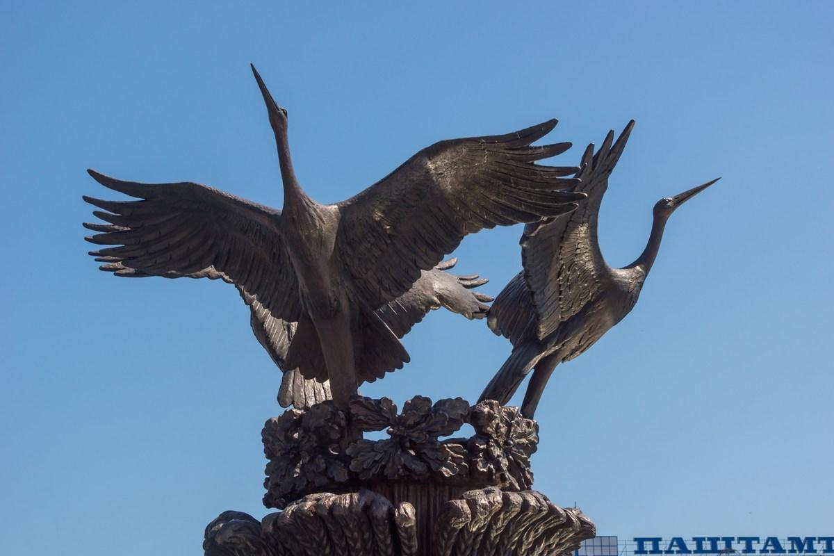 Минск. На площади Независимости. Три аиста.