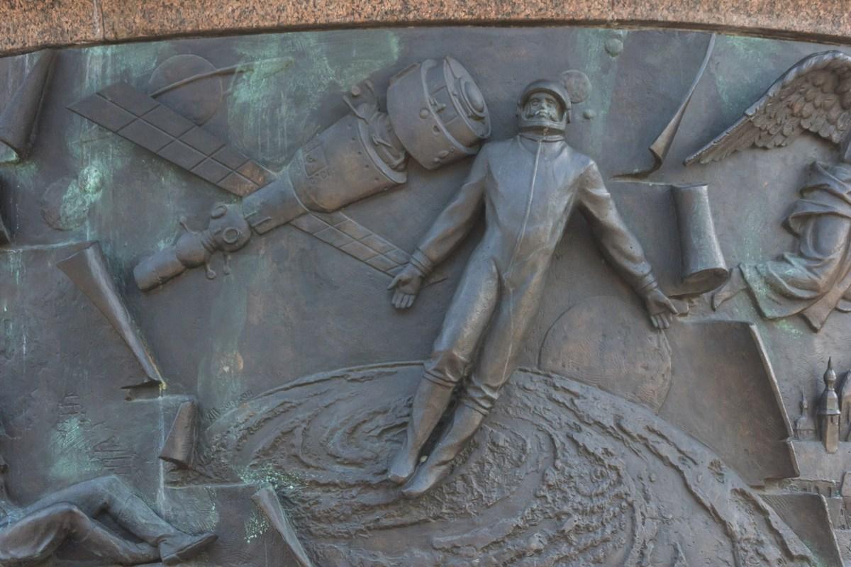 """Брест. Памятник """"Тысячелетие Бреста"""". Выход человека в космос."""