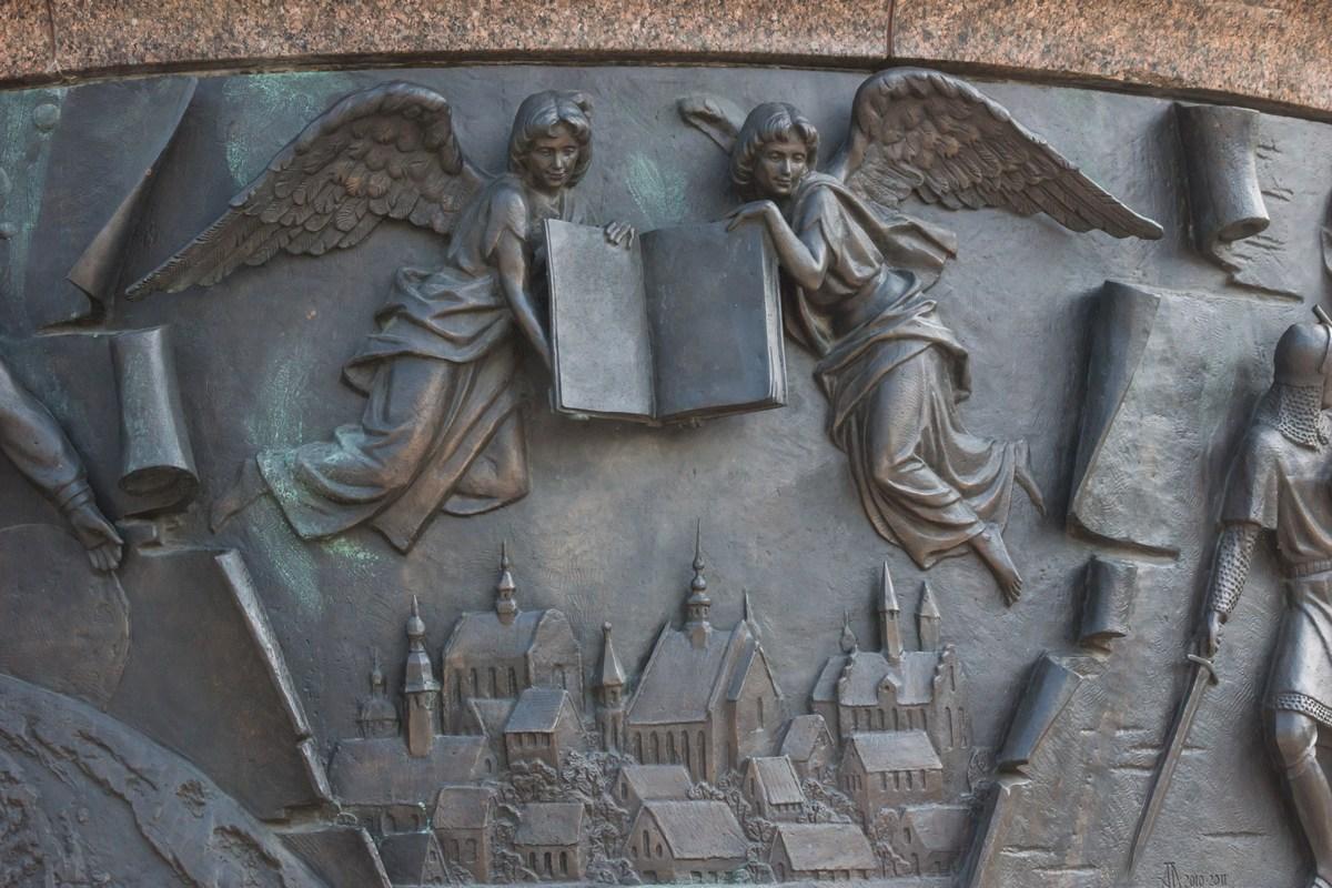 """Брест. Памятник """"Тысячелетие Бреста"""". Город под защитой ангелов-хранителей."""