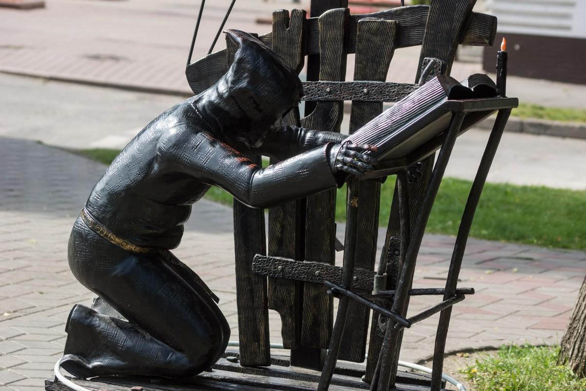 Брест в сквере на улице Гоголя. Вий.