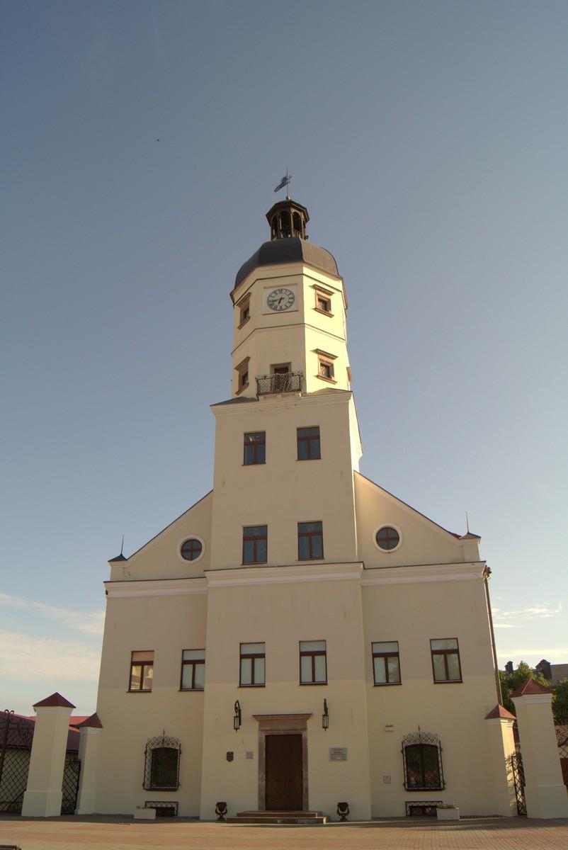У Несвижской ратуши.