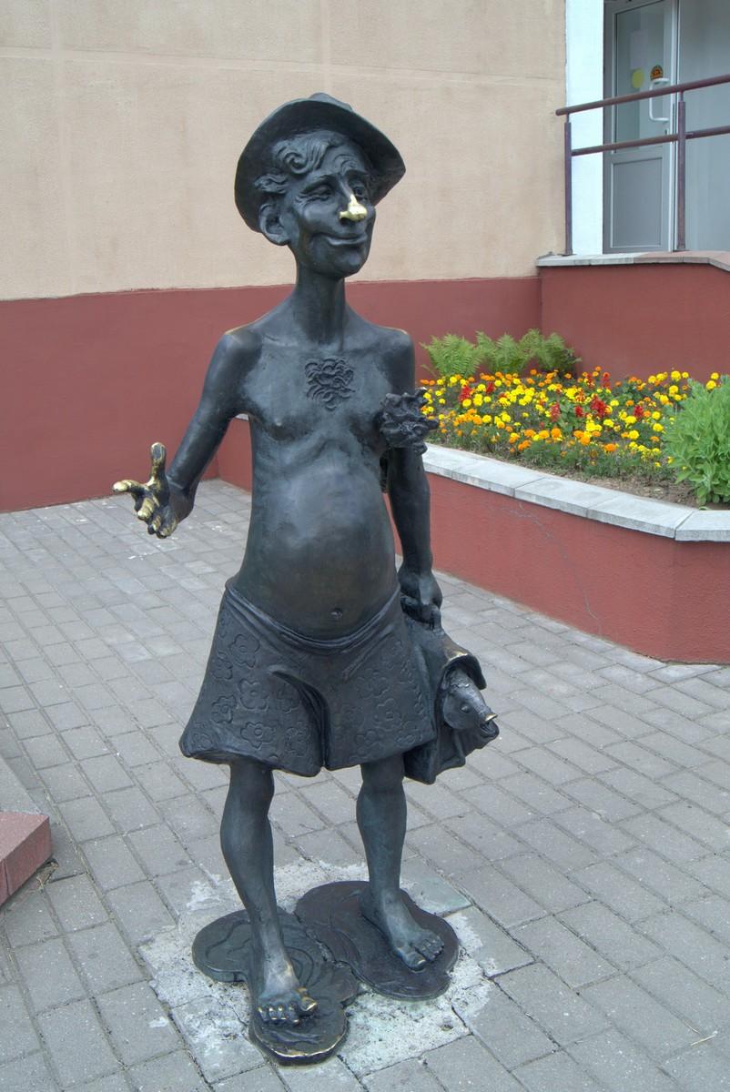 Лида. Скульптура около бани.