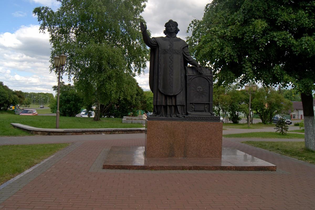 Лида. Памятник Франциску Скорине у Крестовоздвиженского костела.