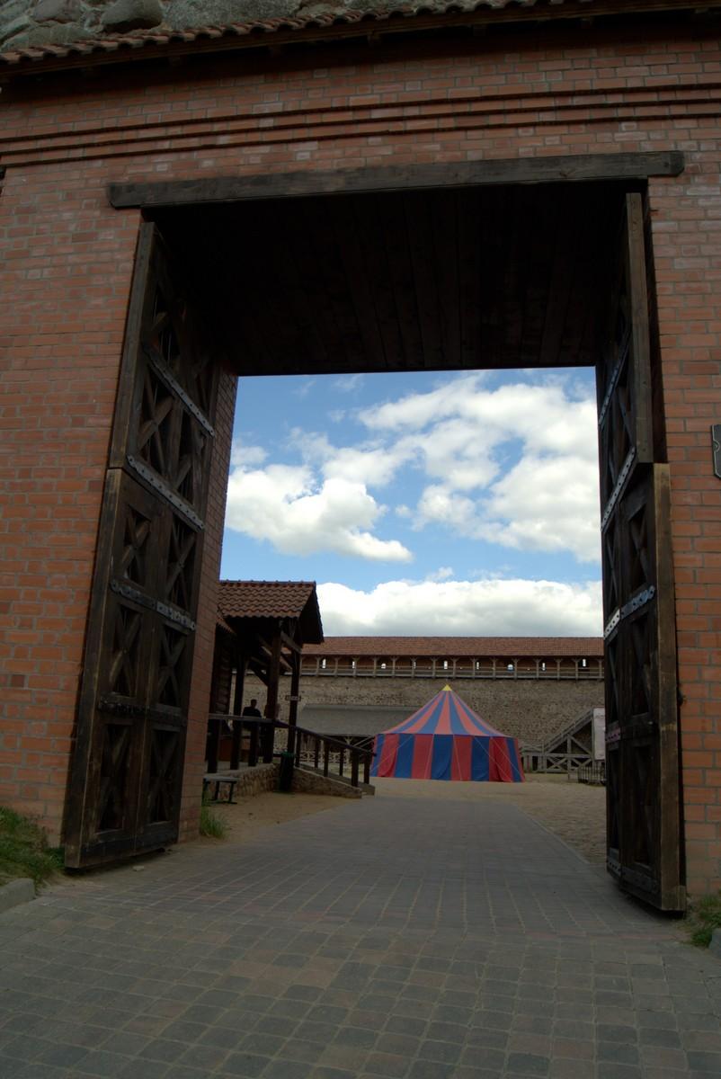 Лида. Главные ворота Лидского замка. Вид во двор.