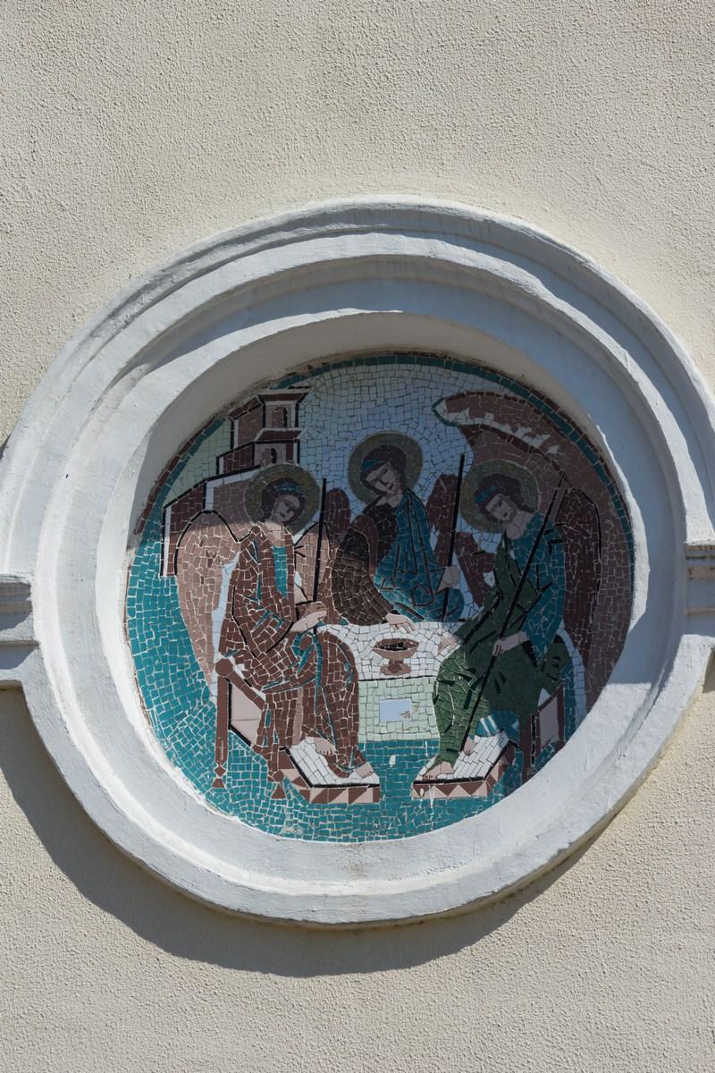 Мир. Мозаика на фасаде Свято-Троицкой церкви.