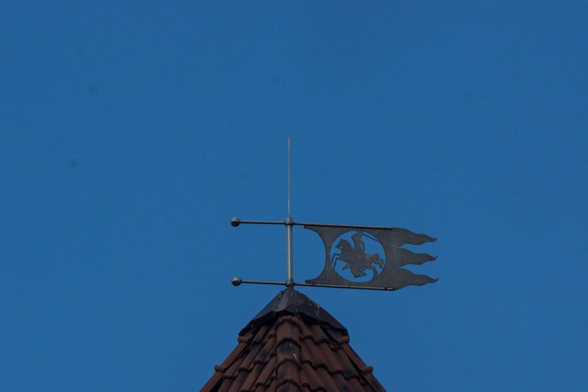 """Лида. Всадник на северо-восточной башне Лидского замка - герб ВКЛ """"Погоня""""."""