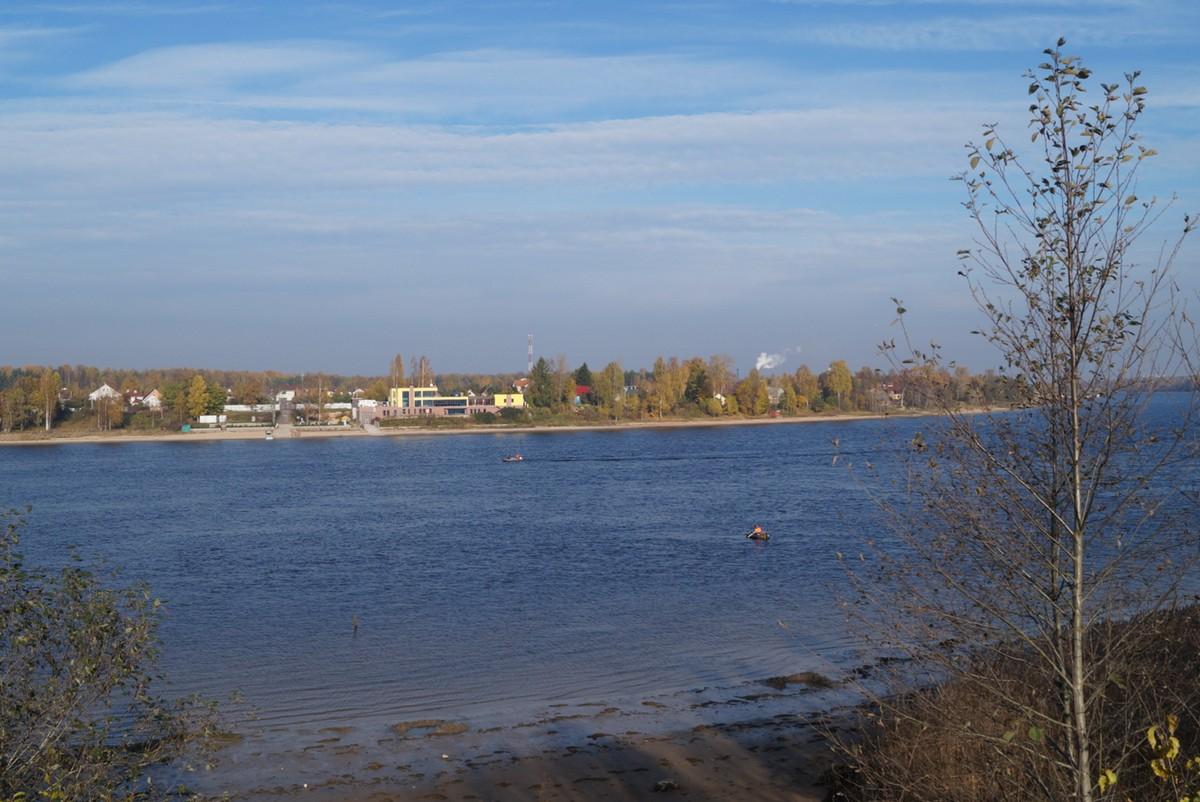 Нева в октябре. Вид на поселок Пески.