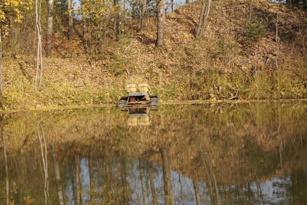 В Павлово. Забытый катамаран на пруду.