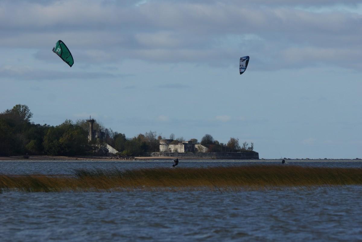 Кайтсерфингисты у берегов Котлина.