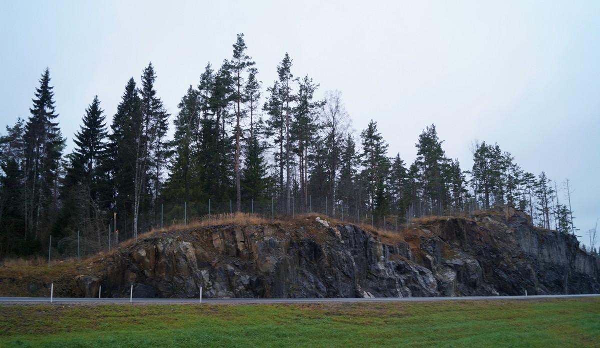 """Скалы вдоль дороги """"Сортавала"""" при въезде в Карелию."""