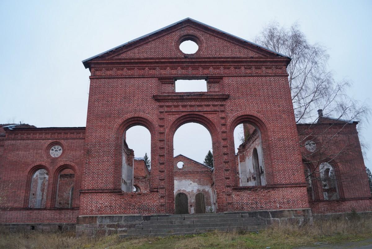Лахденпохья. Руины лютеранско-евангелической церкви Яаккимской общины. Фасад.