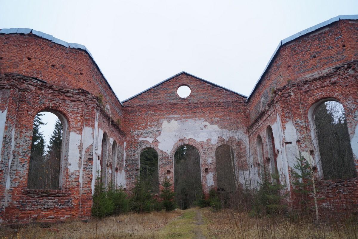 Лахденпохья. Руины лютеранско-евангелической церкви Яаккимской общины. Внутри.