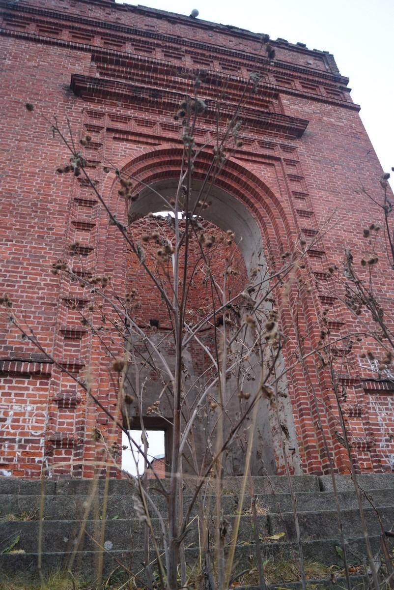 Лахденпохья. У руин кирхи. Боковой фасад.