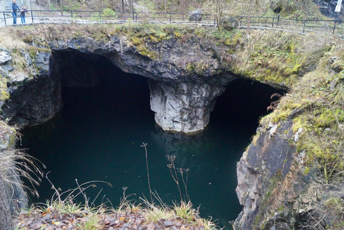 """Горный парк """"Рускеала"""". Вид на пещеру Провал сверху."""