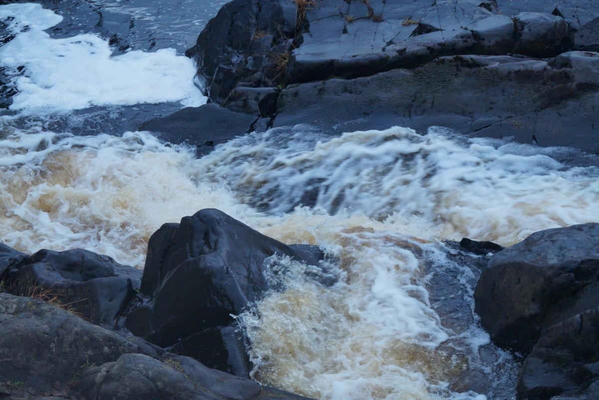 """Лесной парк """"Водопады Ахинкоски"""". У водопада."""