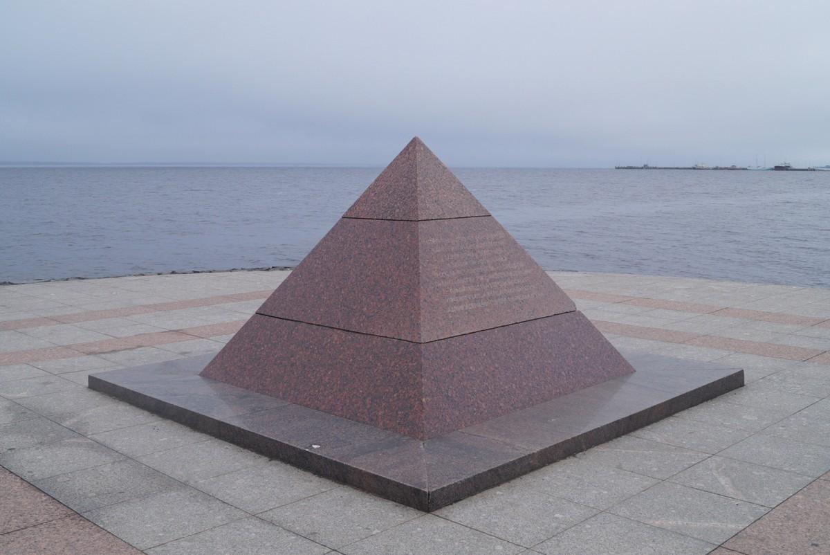 Петрозаводск. На набережной Онежского озера. Пирамида в честь строительства набережной.