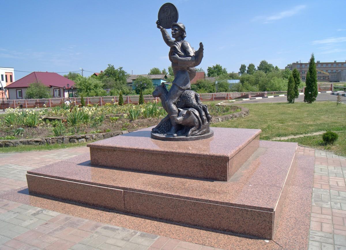 Лепель. Памятник горожанину. Открыт в 2011 году к 572-летию города.