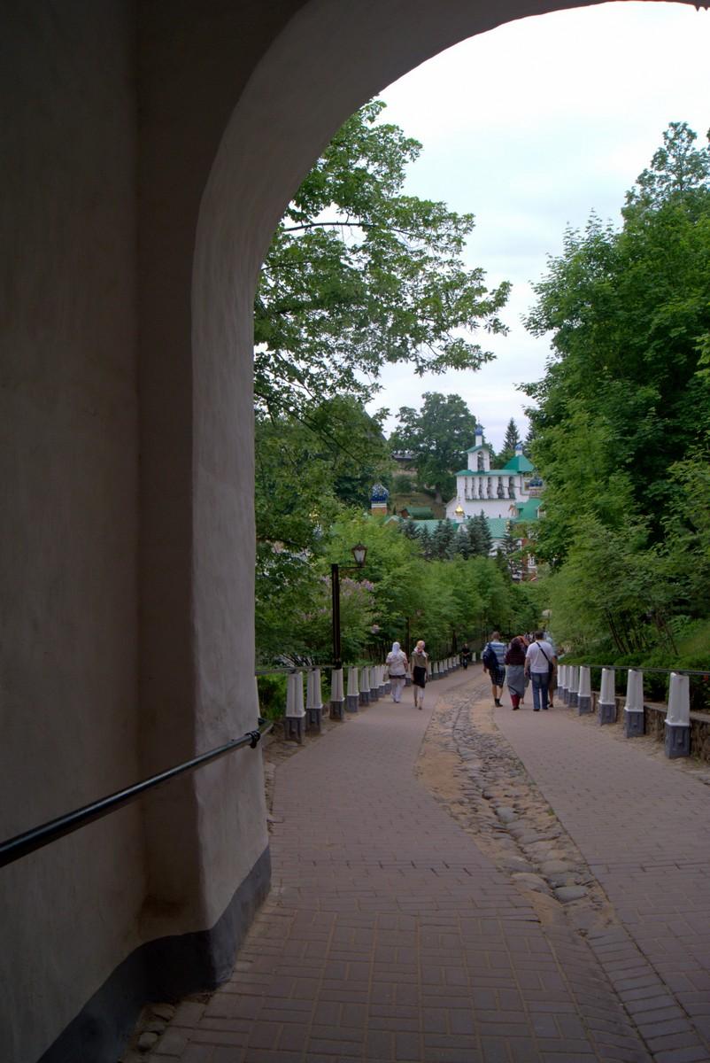 Псково-Печерский монастырь. У входа через Святые ворота.