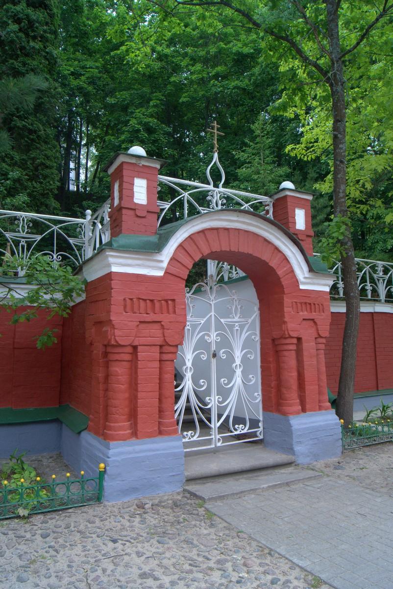 Псково-Печерский монастырь. Романтическая калитка.