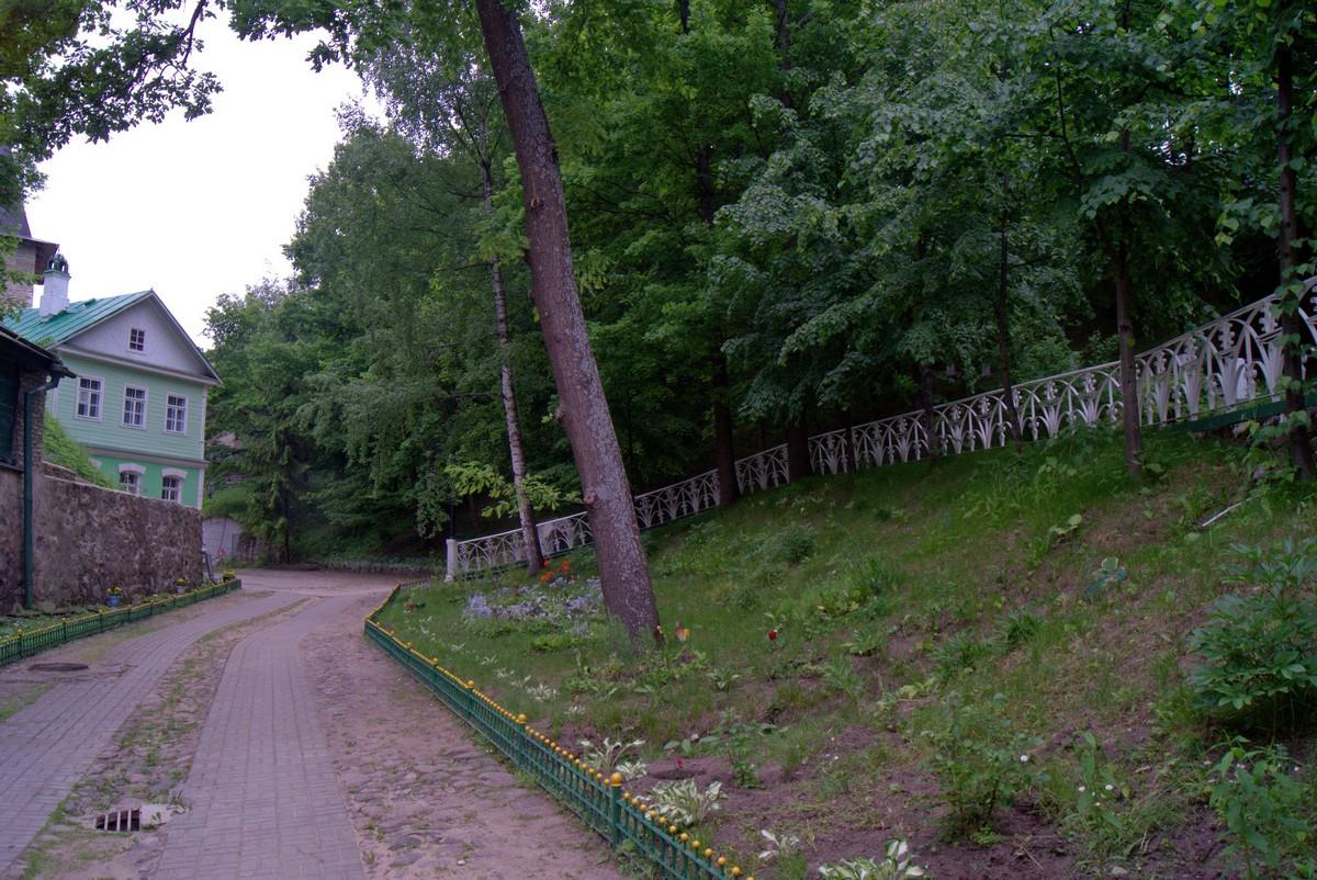 Псково-Печерский монастырь. Дорожка к дому настоятеля.