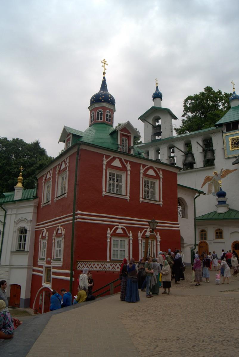 Псково-Печерский монастырь. Сретенская церковь.