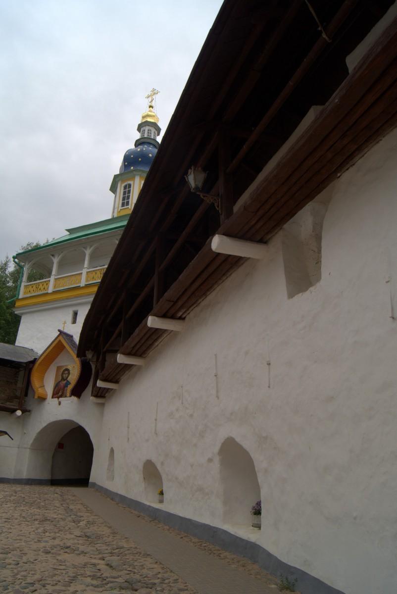 Псково-Печерский монастырь.  У Святых ворот.