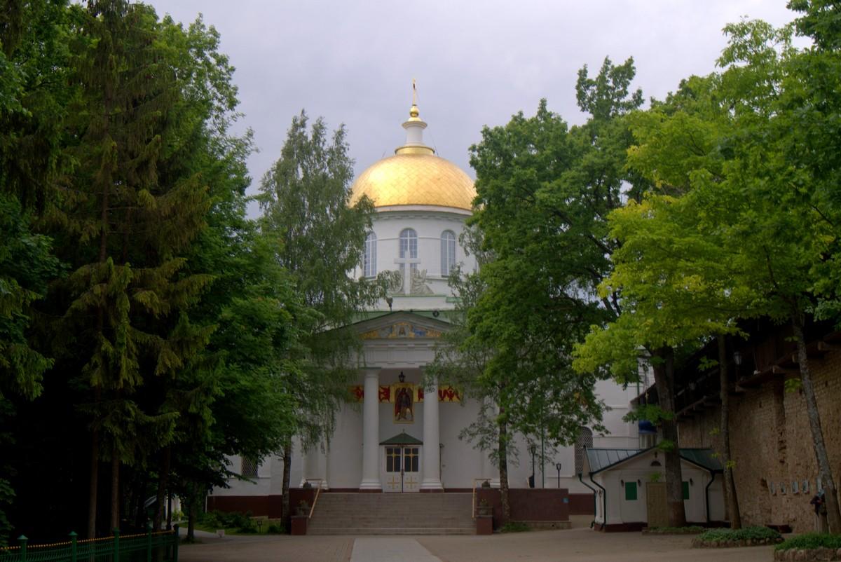 Псково-Печерский монастырь. Михайловский собор.