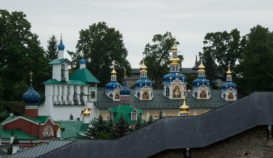 Псково-Печерский монастырь. Покровская церковь и звонница.