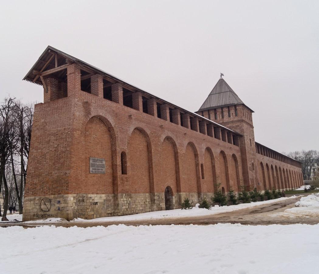 Смоленск. Моховая (Маховая) башня и участок крепостной стены. Рядом - парк Пионеров.