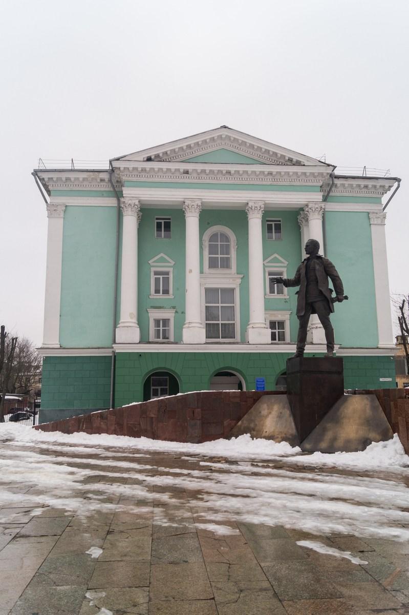 Смоленск. Колледж телекоммуникаций и памятник Крыленко.