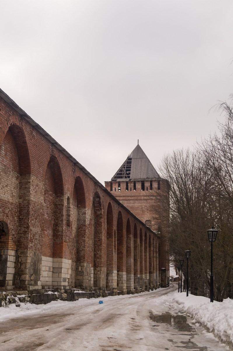 Смоленск. Крепостная стена и Позднякова башня у Покровской церкви.