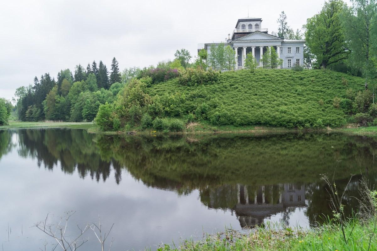 В Рождествено. Музей-усадьба на холме у реки Грязны.