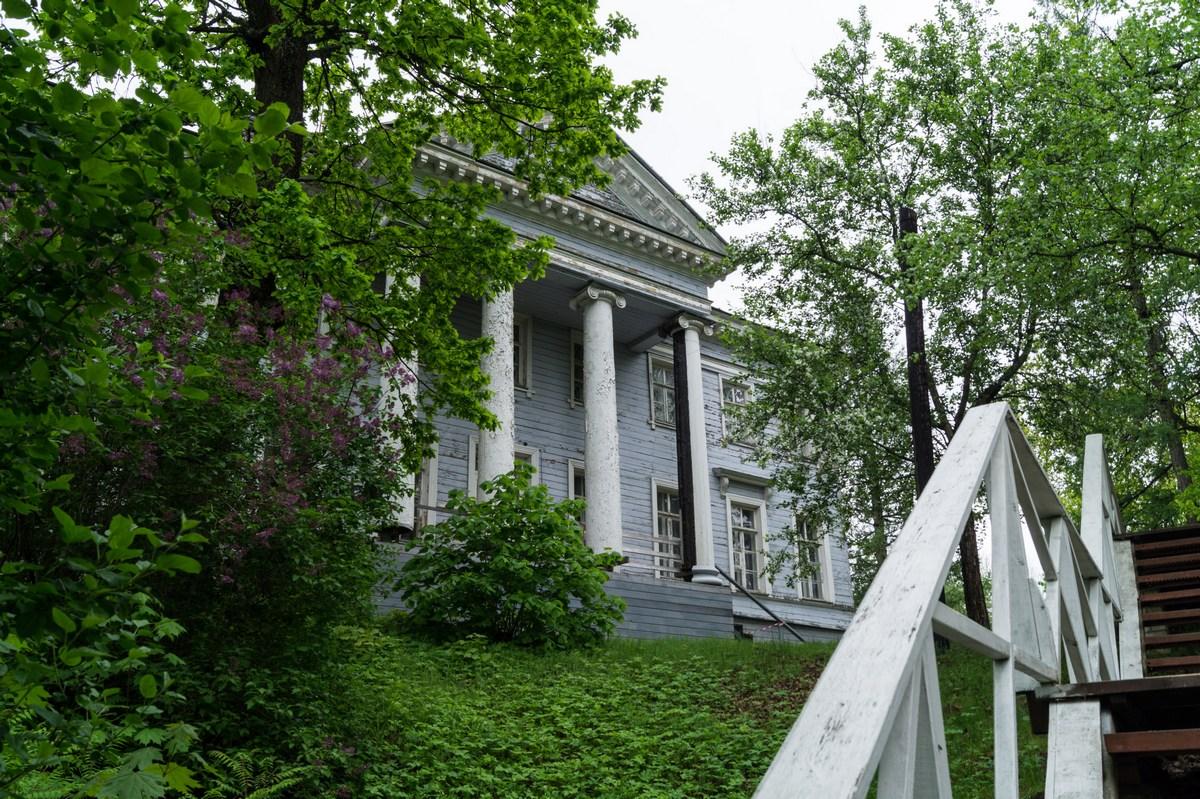 В Рождествено. Музей-усадьба. Вид с лестницы.