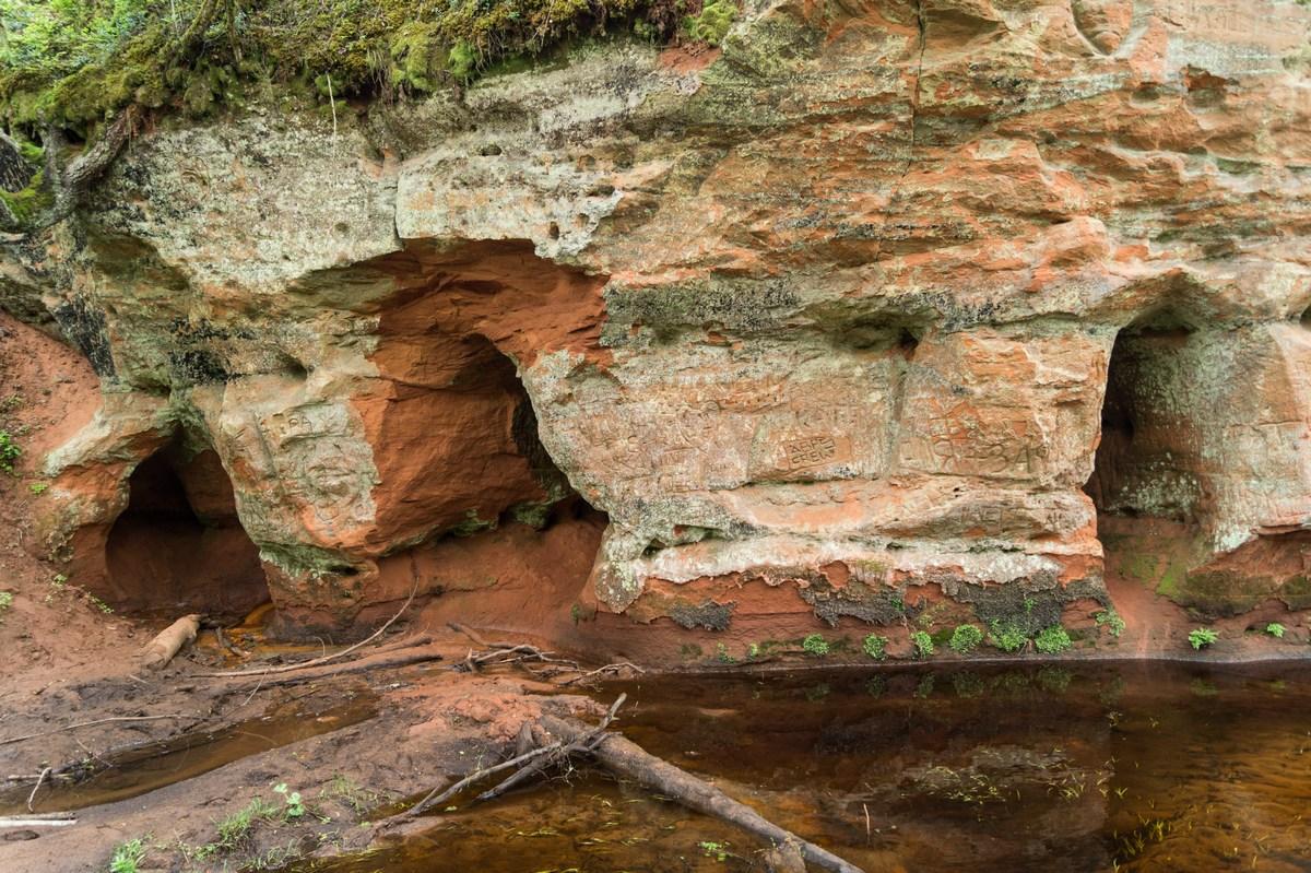 Рождествено. Красный песчаник у берегов Грязны и маленькие пещеры.