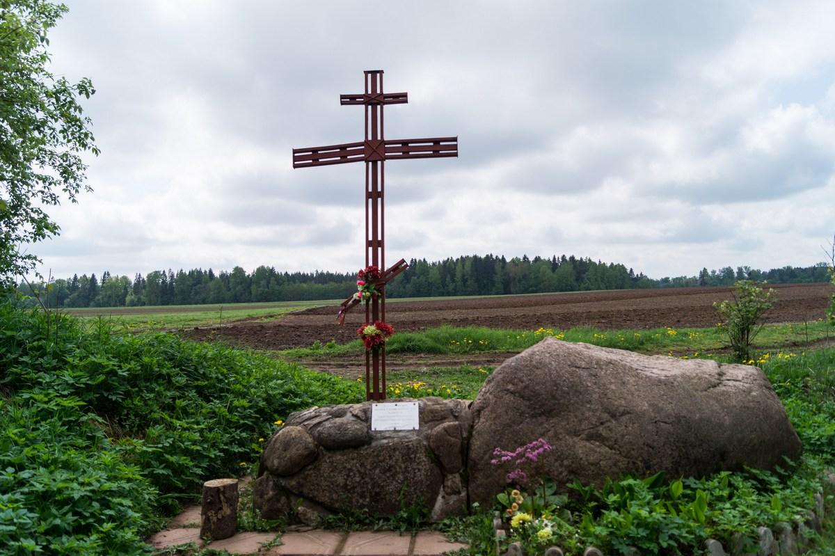 Рождествено. Крест у поля.