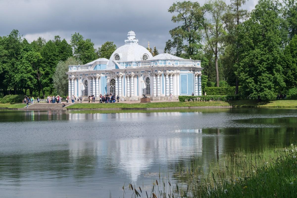 """Пушкин. Екатерининский парк. Блистательный павильон """"Грот"""" на берегу Большого пруда (или Большого озера)."""