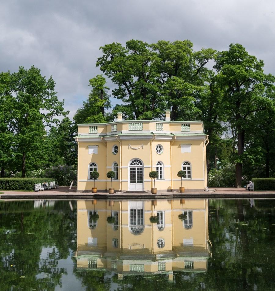 """Пушкин. Екатерининский парк. Павильон """"Верхняя ванна"""" у Зеркального пруда."""