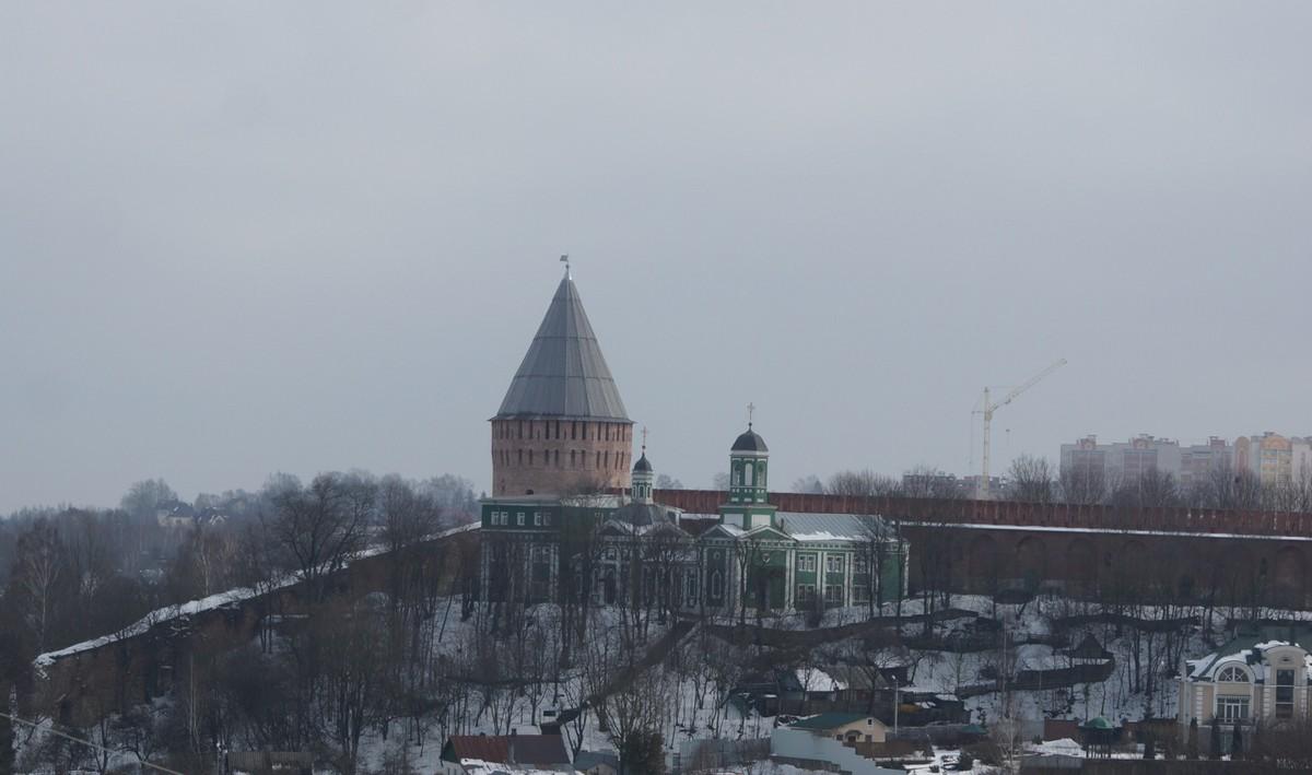 Смоленск. Башня Веселуха и Покровская церковь. Вид с Соборного холма.