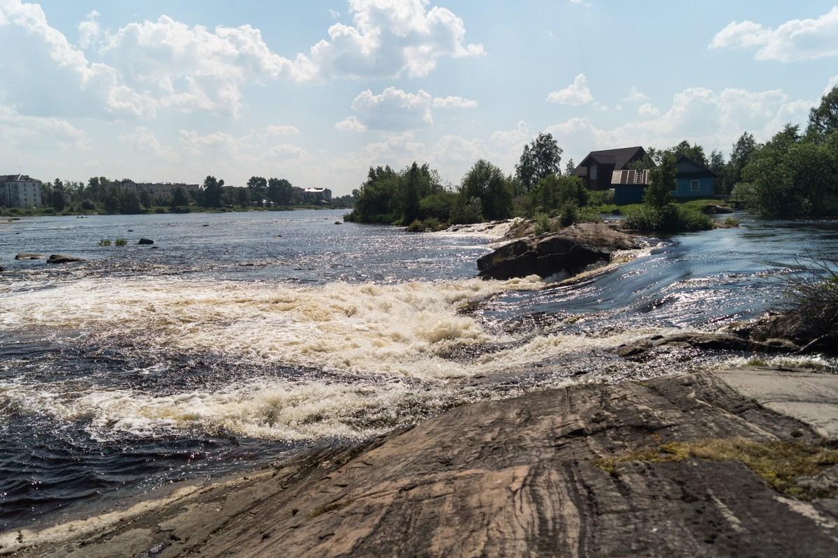 Река Нижний Выг в Беломорске. Бурлит в нескольких местах.