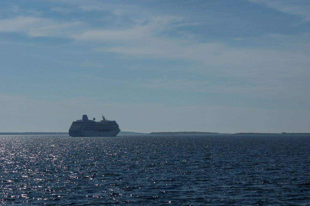 Белое море. По дороге к Большому Соловецкому острову. Круизный лайнер в лучах утреннего солнца.