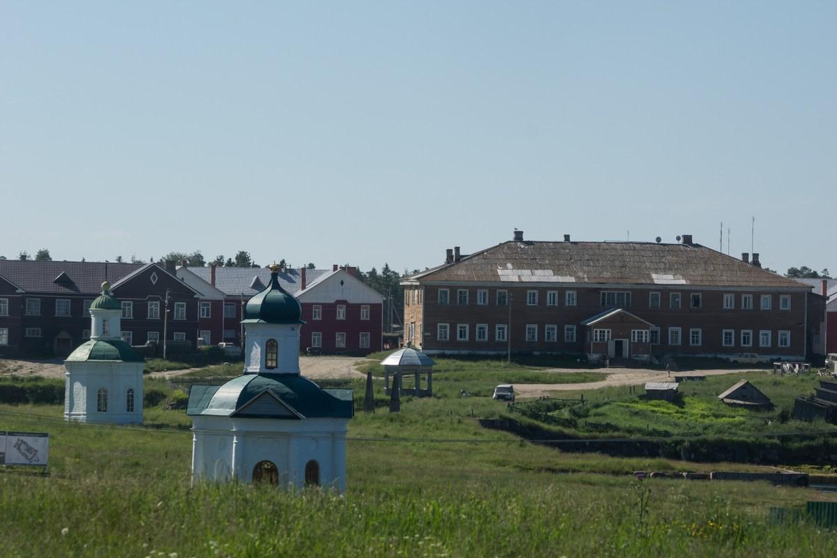 У Соловецкого монастыря. Часовни и дома (бывшие бараки?)