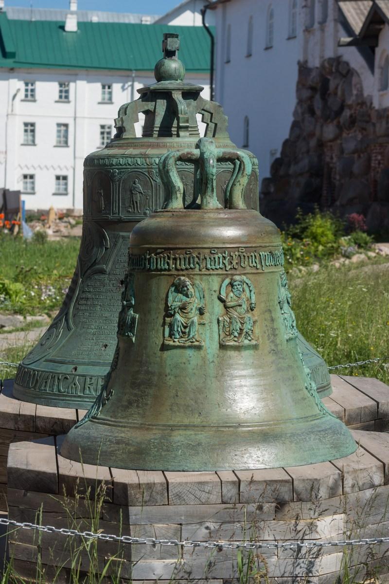 Соловецкий монастырь. Колокола у Спасо - Преображенского собора.