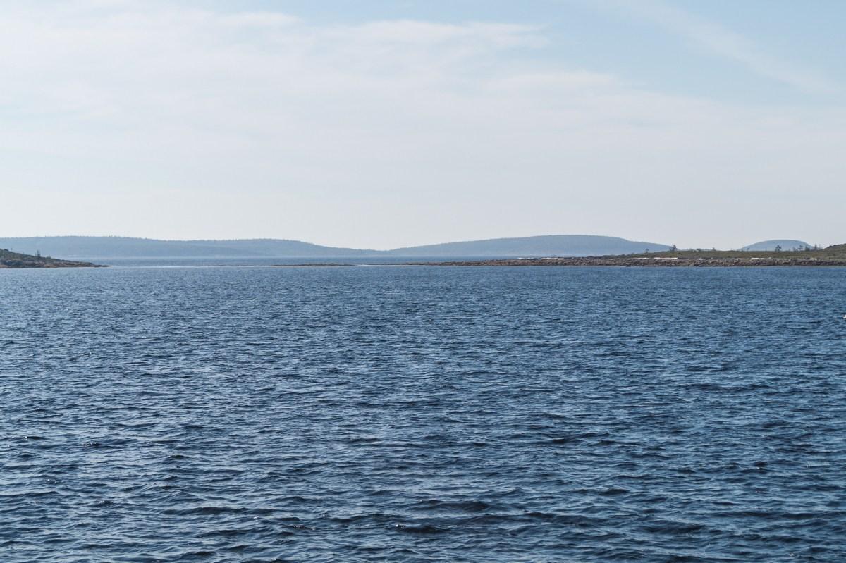 К Соловкам. Вид с теплохода на ближайшие к берегу Белого моря острова.